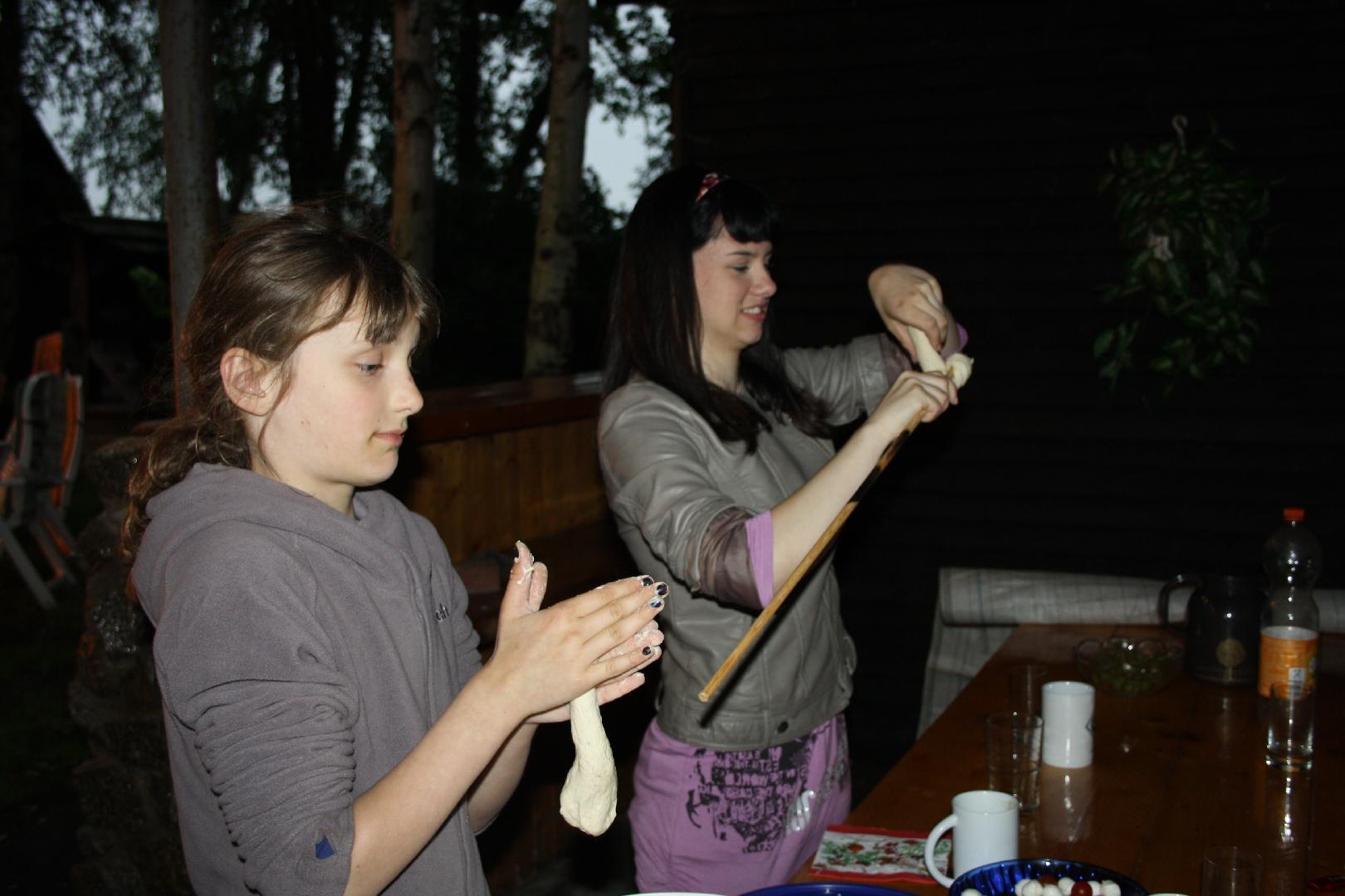 13 Madlen und Cynthia wickeln den Knueppelteig um die Stoecker