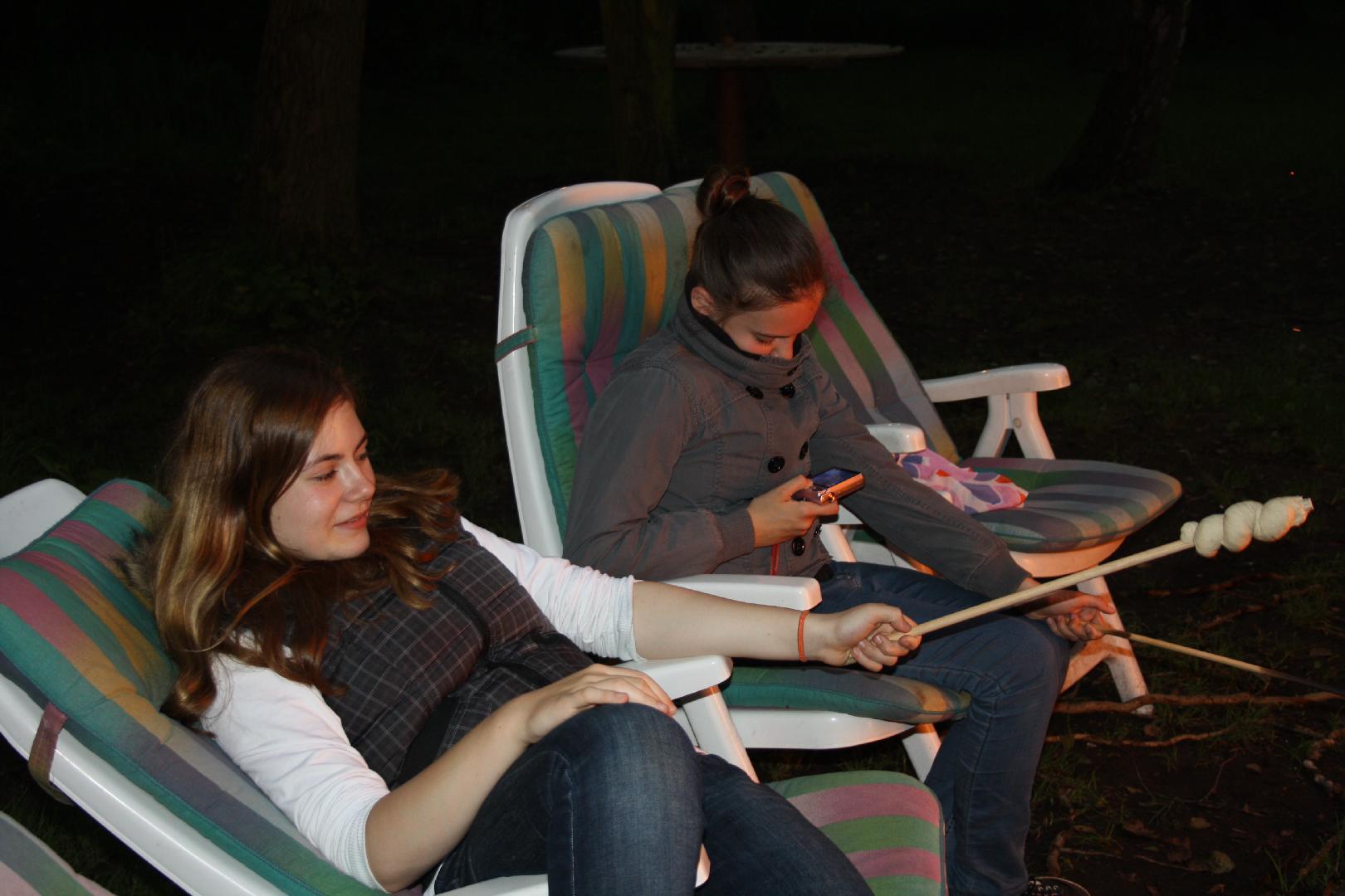14 Antonia und Marie am Lagerfeuer